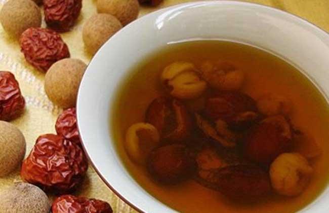 1、红枣可以在铁锅里炒黑后泡水喝,可以治疗胃寒、胃痛,再放入桂圆,就是补血、补气的茶了,特别适合教师、营业员等使用嗓子频率较高的人。如果再加上4~6粒的枸杞子,还能治疗便秘,但大便稀的人就不要加枸杞子了。 2、常喝红枣桂圆枸杞茶的女性朋友,皮肤白皙,美容效果不错。枸杞子不要放多,几粒即可,红枣和桂圆也就6~8粒就行了,每天早上上班后给自己泡一杯,不但补气血,还能明目,特别适合长期待在电脑前的办公一族。而没有在铁锅里炒硬、炒黑的红枣泡茶喝是没有用的,因为外皮包裹住了枣子,营养成分出不来,而经过炒制的红枣,经