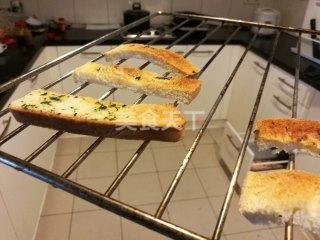 小吃制作圖示:芹香吐司條的手工自制