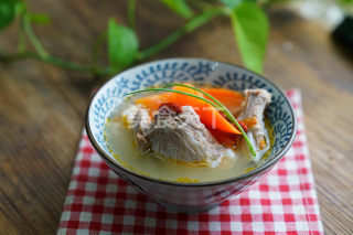 自制湯羹:蔬果排骨湯的手工做法