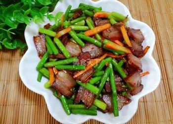 手工制作蒜薹炒臘肉(圖解教程)